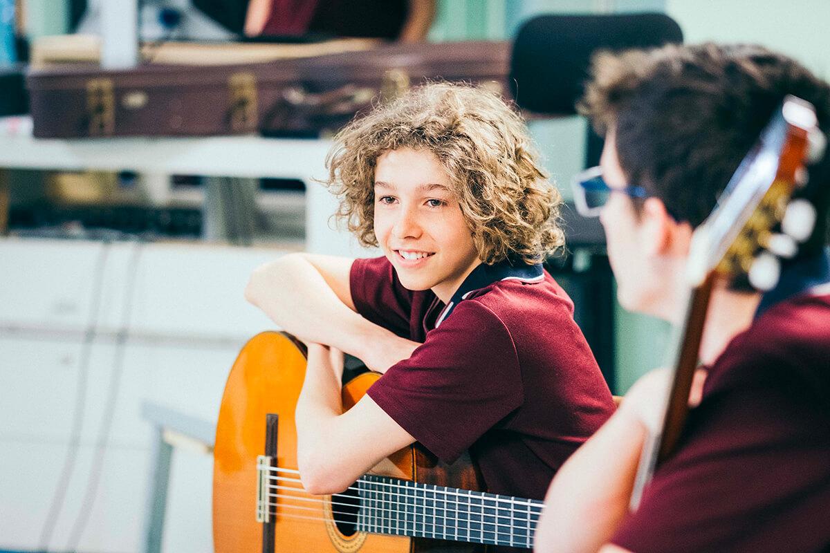 Élèves dans un cours de guitare