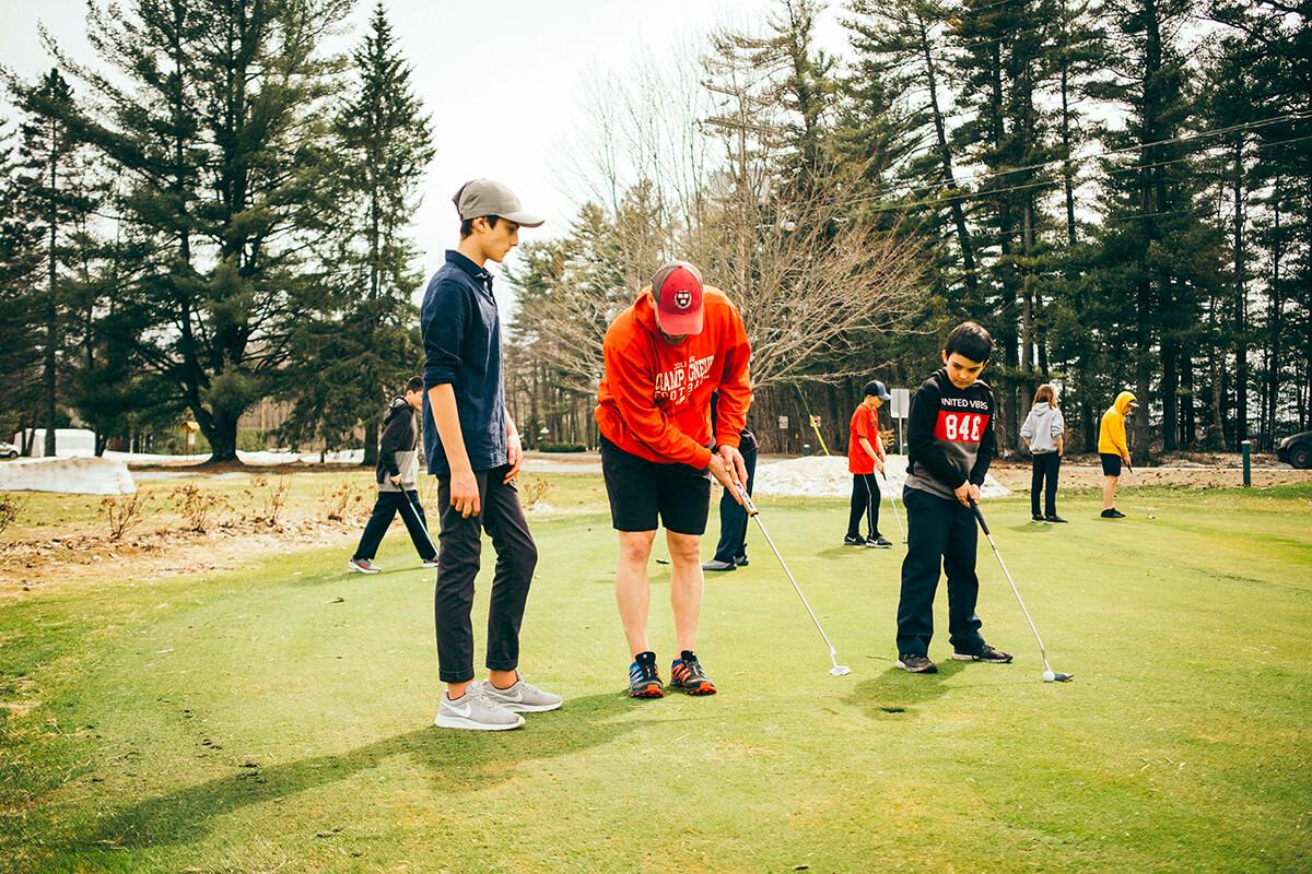 Élèves qui jouent au golf